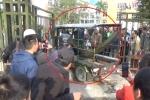 Video: CĐV lái xe ba bánh lao tung cổng trụ sở VFF