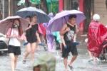 Ảnh: Mưa lớn tầm tã, dân Hải Phòng lội nước bì bõm trên phố