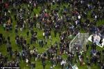 Video: Ngồi trong sân nghe tiếng nổ khủng bố ở Paris