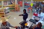 Video: Xem người đàn ông tay không hạ gục tên cướp có súng
