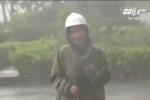 Tác nghiệp giữa tâm bão, nữ phóng viên dầm mưa lạnh, suýt bị gió quật ngã