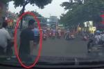 Lừa đảo dàn cảnh va quệt, nhảy lên ô tô bắt vạ tài xế: Công an bắt đối tượng đầu tiên