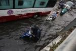 Có siêu máy bơm, đường Sài Gòn vẫn chìm trong biển nước sau cơn mưa lớn