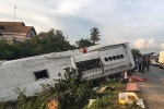 Xe khách húc container, 2 hành khách văng xuống đường chết thảm
