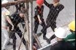 Xôn xao clip hai thanh niên bị nhóm bảo vệ tấn công tàn nhẫn ở TP.HCM