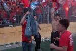 Clip: CĐV cởi áo, trèo rào ăn mừng U23 VN giành chiến thắng