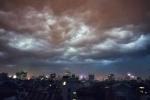 Clip: Mây đen vần vũ trên bầu trời Hà Nội trước mưa dông