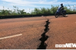 Dân liều mình phá rào chắn qua đoạn đường sụt lún nghiêm trọng ở Đắk Nông