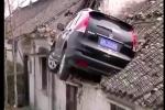 Clip: Ôtô 'bay' lên đậu trên mái nhà, tài xế không hiểu vì sao