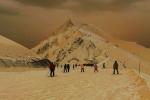 Video: Tuyết màu cam kỳ lạ biến khu nghỉ dưỡng Nga thành 'sao Hỏa'