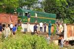 Băng qua đường sắt, xe tải bị tàu hỏa tông, 5 người trọng thương