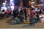 Mang giáo tự chế đi diễu phố, 2 thanh niên đụng ngay cảnh sát cơ động