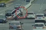Clip: Xe đạp vượt đèn đỏ, một mình 'đốn gục' 4 ô tô