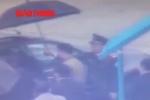 Clip: Cận cảnh công an áp giải Vũ 'nhôm' tại sân bay Nội Bài