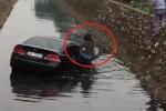 Clip: Nữ tài xế lái ô tô bay xuống mương nước đen ngòm ở Hà Nội