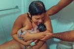Bà mẹ liếm con ngay sau sinh gây tranh cãi