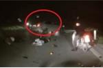Clip: Ô tô đâm văng xe máy rồi quay đầu bỏ chạy gây phẫn nộ