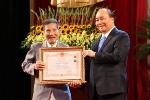 90 tuổi, diễn viên Trần Hạnh được người nhà dìu đi nhận danh hiệu NSND