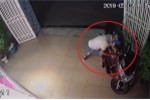 Clip: Trộm vào tận nhà đang có chủ, bẻ khóa cuỗm xe máy trong chớp mắt