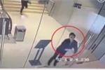 Clip: Chàng trai lao đầu húc vỡ toang cửa kính trung tâm thương mại