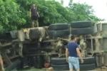 Hà Tĩnh: Xe chở cát bị lật, đè 2 người chết thảm