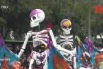 Video: 'Hài cốt, thây ma' đổ bộ xuống đường trong 'Ngày của Người chết'