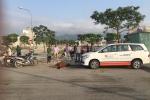 Lái xe taxi gặp nạn vì đàn bò nằm ngủ giữa đường