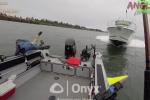 Clip: Thót tim cảnh tàu cao tốc lao trực diện vào thuyền câu cá