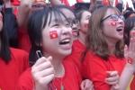 Clip: Hàng vạn CĐV hô vang tên Quang Hải sau tuyệt phẩm gỡ hòa