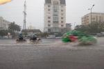 Mưa dông ào ào trút xuống Hà Nội, nguy cơ ngập lụt khu vực nội thành