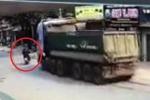 Clip: Xe tải phanh cháy lốp tránh xe máy sang đường kiểu cảm tử