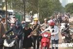 Thấy CSGT, đoàn người dắt xe máy ngược chiều trên vỉa hè: Hành vi chống đối, thách thức