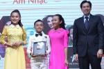 Hồ Văn Cường chững chạc nhận giải từ Youtube cho mẹ nuôi Phi Nhung
