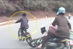 Clip: Bé trai đạp xe quay đầu như chốn không người, đốn ngã 2 người đi xe máy