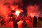 Ảnh: Hàng ngàn người đổ ra đường mừng chiến thắng vòng bảng của tuyển Việt Nam