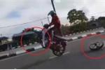 Clip: Xe máy long bánh khi bốc đầu, 'quái xế' lĩnh cái kết đau đớn