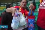 Clip: Học tập người Nhật, CĐV Việt Nam nhặt rác sau trận thắng Bahrain