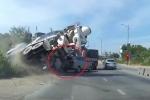 Clip: Xe bồn lật nhào xuống mương nước, suýt nghiền nát ô tô Innova