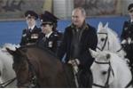 Video: Tổng thống Putin chúc mừng 8/3, cưỡi ngựa cùng các nữ cảnh sát