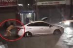 Clip CSGT dầm mưa giúp tài xế đẩy ô tô chết máy gây sốt mạng xã hội