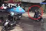 Clip: Giương ná cao su bắn nứt kính ô tô, 2 thanh niên bị đánh bầm dập