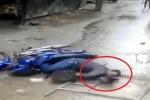 Clip: Hãi hùng khung sắt rơi từ tầng 4 làm người đi xe máy bất tỉnh
