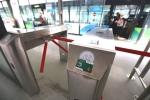 Video: Người Hà Nội quẹt thẻ thông minh để lên xe buýt BRT