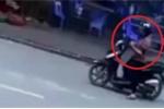 Clip: Phụ nữ dừng xe giữa đường nghe điện thoại, gây họa cho thanh niên đi xe máy