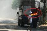 Clip: Xe tải cháy ngùn ngụt trên phố Hà Nội