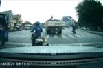 Clip: Dừng đèn đỏ sai làn, nữ 'ninja' chắn đường hàng loạt xe