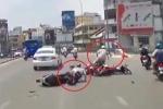 Clip: Phóng nhanh phanh gấp tránh taxi, xe máy gây tai nạn liên hoàn