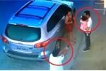 Clip: Bố bình tĩnh đưa con cho người khác bế trước khi bị sát thủ bắn chết