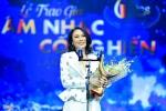 Mỹ Tâm ra hiệu cho MC Lại Văn Sâm, tự lên nhận giải thay Hương Tràm