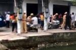 Bị xử lý, tài xế vi phạm chửi bới, đạp đổ xe đặc chủng CSGT